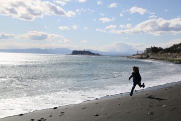 鎌倉の海岸、江ノ島が見える